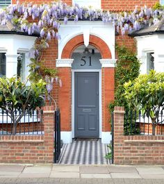 prettiest places in london: buildings with wisteria Victorian Front Garden, Victorian Front Doors, Victorian Terrace House, Edwardian House, Victorian Homes, Edwardian Style, House Front Door, House Entrance, Terrace House Exterior