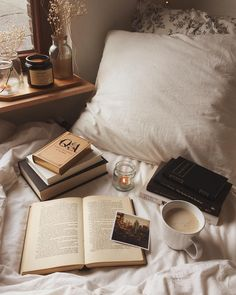 coffee and books in bed Cozy Aesthetic, Brown Aesthetic, Autumn Aesthetic, Aesthetic Photo, Study Inspiration, Autumn Inspiration, Coffee And Books, Study Motivation, Photo Instagram