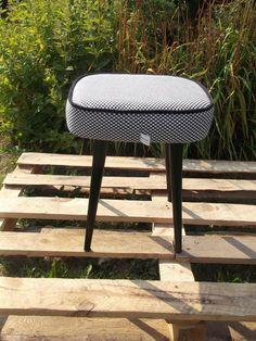 stołek, taboret , lat 70- tych,fotel,renowacja, zostały 2 stołki do renowacji:materiał,kolor drewna -zapraszam.tel.501198681