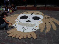 Un proyecto artesanal para el Día de Muertos: crea un tapete con tus hijos: Escojan un tema tradicional, como calaveras o buhos