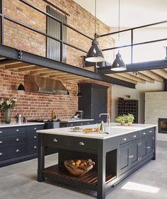 """(@decorcriative) no Instagram: """"Cozinha industrial 🖤 by Tom Howley Design, localizado em Manchester, UK."""
