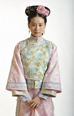 刘诗诗 (Liu Shi Shi) dressed as a palace maid.