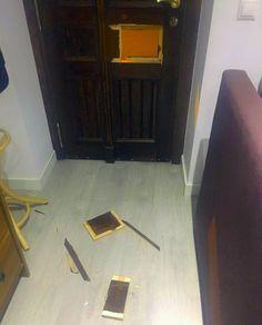 El periodista David Enguita y su pareja fueron agredidos por tres jóvenes que, además, intentaron realizar un allanamiento provocando desperfectos en la puerta de entrada de su vivienda, tal y como figura en la denuncia interpuesta ante la Policía.