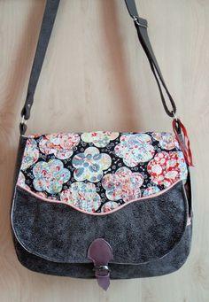 sac Sewing Sleeves, Blue Bags, Beautiful Bags, Leather Crossbody, Messenger Bag, Handbags, Tote Bag, Purses, Inspiration