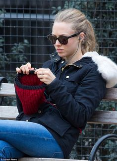 Amanda Seyfried considers knitting her therapy like a lot of us knitters do Amanda Seyfried, Marie Claire, Knitting Club, How To Purl Knit, Pictures Of People, Vintage Knitting, Knit Or Crochet, Couture, Knitted Hats