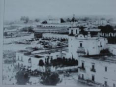 """1890 El barrio antiguo de San Juan de Dios, al fondo la plaza de toros """"El progreso"""" y el hospicio Cabañas."""