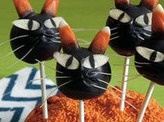 Enjoy these creative vanilla cake pops on the occasion of Halloween - a perfect dessert treat.