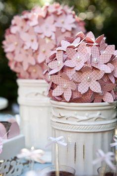 Topiária com flores de papel. Caí bem em qualquer decoração de festa.