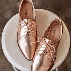 Trendy and chic, Veniah is a must-have rose-gold oxford. ♥- Trendy and chic, Veniah is a must-have rose-gold oxford. Look Oxford, Rose Gold Shoes, Oxford Shoes Outfit, Frauen In High Heels, Style Grunge, Brogues, Leather Loafers, Mode Style, Womens High Heels