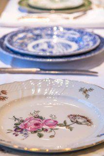 middag mix #borddekking #vintage #table setting #Frijsenborg Shabby Vintage, Vintage Floral, Vintage Table, Crockery Set, Wedding Table Settings, Blue And White, Plates, Cutlery, Antiques