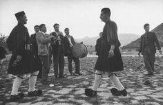 """""""Το Μέτσοβο που χάνεται"""" του Κώστα Μπαλάφα. Ο σπουδαίος φωτογράφος Κώστας Μπαλάφας, συγκεντρώνει στο βιβλίο """"Το Μέτσοβο που Χάνεται"""", την συλλογή του, που χρονολογείται από την δεκαετία του '60, για το Μέτσοβο, μία από τις ομορφότερες περιοχές της Ελλάδας. Το εντυπωσιακό περιβάλλον, αλλά κυρίως τα πρόσωπα και η βαθιά τους σχέση με τον τόπο, ενδιαφέρουν τον φωτογράφο. Εικόνες σκληρής δουλειάς, μόχθου και καθημερινής αγωνίας, συνήθειες καθημερινές, αλλά και σκηνές χαράς είτε πρόκειται για τα…"""