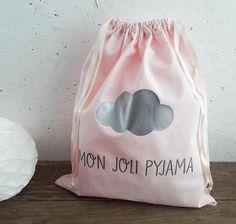 Sac range-pyjama fille  tissu rose et message argent  Fleur Range Pyjama, Pyjamas, Couture, Etsy, Pink Fabric, Flower, Wool, Silver, Balcony
