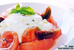 Crema de 'falsa' burrata con tomate y aceite de albahaca