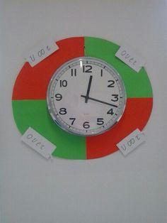 Dankzij een idee van een andere pinner, is de klok in mijn klas, groep 3, kleurrijker en duidelijker geworden. :-)