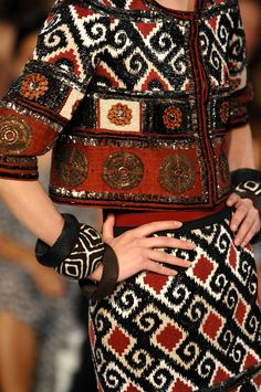 Charlotte Driver: Contemporary Fashion - Tribal pattern☼ ☾---->♕ॐ☚★ Fashion Details, Look Fashion, New Fashion, Trendy Fashion, Runway Fashion, Fashion Show, Fashion Design, Fashion Trends, High Fashion