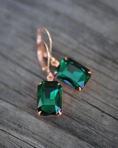 Ich liebe den luxuriösen Glanz dieser tief smaragdgrüne Steine! Super schön!  Die Juwelen sind in gold plattiert Goldmessing Einstellungen festgelegt und hängen von rose gold plated Spiralen. Alle Komponenten sind Nickel und führen kostenlose und sanft auf die Ohren. Auch in anderen Ausführungen erhältlich!  Ihr Kauf kommen wunderschön verpackt und bereit zum schenken.  Informationen  Juwelen-Größe: 14x10mm  Farbe: Emerald  Für die weitere Artikel aus meinem Shop * NotOneSparrow.etsy.com