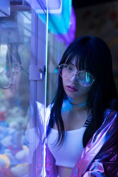 The rebellious girl in the game room. with neon light Neon Lights Photography, Girl Photography Poses, Creative Photography, Cyberpunk Aesthetic, Neon Aesthetic, Neon Girl, Neon Licht, Cyberpunk Girl, Digital Art Girl
