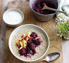 Madeleine Shaw's recipe for a healthy and nutritious breakfast of quinoa porridge with blackberry compote. Healthy Food Options, Healthy Recipes, Quinoa Porridge, Breakfast Porridge, Quinoa Breakfast, Madeleine Shaw, Porridge Recipes, Porridge Ideas, Benefits Of Organic Food