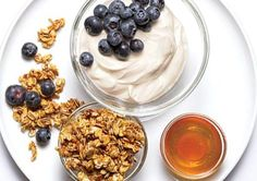 400 Calorie Fix Meal Idea: Yogurt Parfait Snack This cool combo makes a great mid-afternoon snack. In a bowl, layer 1 oz) container fat-free Greek-style yogurt. Add 1 c blueberries. Top with c low-fat store-bought granola. Drizzle with 2 tsp honey. 400 Calorie Meals, Low Calorie Snacks, Low Calorie Recipes, Calorie Diet, Healthy Crockpot Recipes, Healthy Dishes, Healthy Snacks, Healthy Eating, Clean Eating