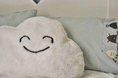 Happy face cloud cushion DIY. Cojín con carita feliz hecho a mano, y no puede ser más fácil!!,  Seguimos con la cabeza en las nubes...