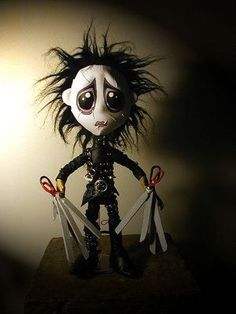 - Edward Scissorhands - I love Tim Burtons dark, quirky, animation style. I wish to use some of his original, stylistic technique as a reference in my animation. Arte Horror, Horror Art, Scary Movies, Horror Movies, Tim Burton Art, Creepy Pictures, Horror Pictures, Edward Scissorhands, Goth Art