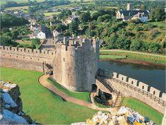 Pembroke Castle au Pembrokeshire !   #pembrokecastle #pembrokeshire #castle #alainntours #wales #paysdegalles Grand Tour, Welsh Castles, Site Archéologique, Cymru, Parc National, Wales, Mansions, House Styles, Travel