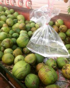 被路人阿伯買的椰子水誘惑不致怎地看著這古早味的袋子有點種想養金魚的感覺...