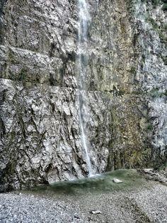 Cascata e laghetto dai colori smeraldo