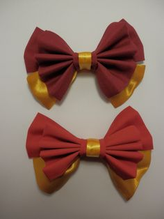 Hair bows inspired by the colors of the Hogwarts House, Gryffindor! Show your house pride by sporting this hand made hair bow!  http://intentionalaccidents.storenvy.com/products/7194218-gryffindor-hogwarts-house-inspired-bows Bow measures approx.  6 in. long x 4.5 in. tall.  Choice of Maroon or Scarlet fabric.   Choice of 3 hair clips (Pictured above):  [Please include your choice in ...