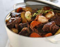 I denne klassiske kjøttgryta fra Burgund i Frankrike smelter den kraftige smaken av storfekjøtt, bacon og rødvin sammen etter et langt opphold i gryta.