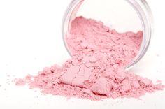 Blush aanbrengen op de juiste manier, hoe moet dit nu eigenlijk? Het aanbrengen van de juiste (hoeveelheid en tint) blush geeft je een instant stralende, frisse en gezonde look. Rouge heeft als doel een gezicht 'op te fleuren'. Nadat je…