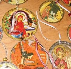 Tin Lids Recycled in to Christmas Joy! Just use old Christmas cards and glitter..