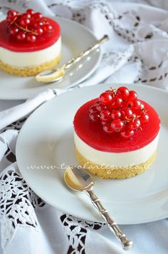 White chocolate and Redcurrent Cheesecake Mini Desserts, Christmas Desserts, Just Desserts, Delicious Desserts, Mini Pastries, Sweet Pastries, Mini Cakes, Cupcake Cakes, Cheesecake Recipes