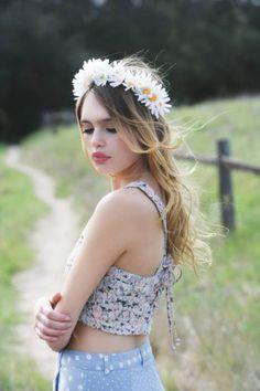Красавица блондинка с венком из ромашек на голове