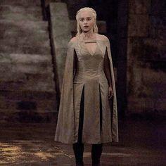 Daenerys Targaryen - game-of-thrones Fan Art Daenerys Targaryen Dress, Game Of Throne Daenerys, Khaleesi, Game Of Thrones Outfits, Game Of Thrones Costumes, Theatre Costumes, Movie Costumes, Emilia Clarke, Larp