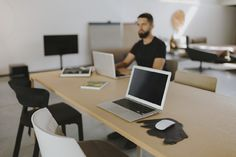 Co-working allows you to enjoy the 'creative environment' which generates a more authentic creative energy through a variety of people in a co-working space that you feel is totally organic rather than forced. Shared Office, Office Set, Man Office, Traditional Office, Office Meeting, Office Environment, Free Space, Co Working, Coworking Space