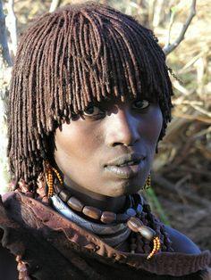 De Hamar-bevolking woont voornamelijk in de streek tussen Konso en de zuidelijke meren van Lake Turkana en Lake Chew Bahir. Ze wonen in spitsvormige hutten die gemaakt zijn van gevlochten takken.© Lou Andreoli