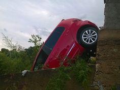 Idosa cai com carro de garagem de 3 metros de altura em Lavras, MG