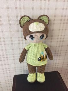 PDF Пупс в костюмчике мишки. FREE amigurumi crochet pattern. Бесплатный мастер-класс, схема и описание для вязания игрушки амигуруми крючком. Вяжем игрушки своими руками! Кукла, куколка, doll in a teddy bear costume. #амигуруми #amigurumi #amigurumidoll #amigurumipattern #freepattern #freecrochetpatterns #crochetpattern #crochetdoll #crochettutorial #patternsforcrochet #вязание #вязаниекрючком #handmadedoll #рукоделие #ручнаяработа #pattern #tutorial #häkeln #amigurumis #dolls