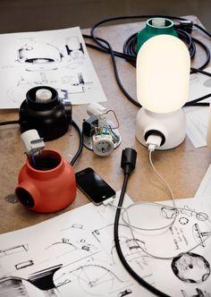 """El estudio sueco Form Us With Love colaboró con Ateljé Lyktan para crear la lámpara Plug como parte de su exhibición """"Form Us With Friends"""" durante la semana del diseño en Estocolmo. Esta lámpara de mesa tiene un socket incluido en su base por el simple hecho de que hoy en día con tantos gadgets …"""