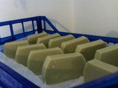 Mélytisztító szappan zöldagyaggal és aloe verával Soap Making, Bath Bombs, Helpful Hints, Household, Cosmetics, Homemade, How To Make, Diy, Healthy
