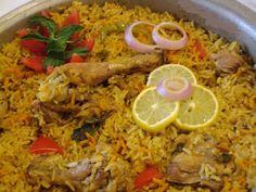 Pour 6 personnes Ingrédients 1 kg de riz 1 kg de cuisses de poulet 2 tomates 1 boîte de concentré de tomates 5 oignons safran cannelle 4 clous de girofle sel, poivre Préparation Lavez le riz avant de préparer la sauce. Nettoyez bien les cuisses de poulet avec de l'eau. Epluchez les oignons et émincez-les. […]