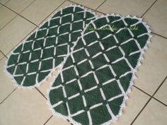 Tapete oval confeccionado com barbante  de excelente qualidade. Em destaque : squares verdes com bordas brancas e flor pequena na emenda. Tapete encorpado, e de tamanho ideal para ser usado como capacho. Cor disponível :verde e branco. Faço na cor que você quiser R$ 120,00
