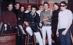 Elvis Presley posa ao lado dos músicos do The Memphis Boys, em foto de 1969, no American Sound Studio