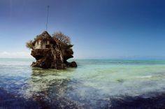 The Rock Restaurant, na Tanzânia. O inusitado restaurante fica em cima de uma rocha, no mar, e só pode ser alcançado a pé quando a maré está baixa. O local é um dos grandes ícones da ilha e antigamente servia de abrigo para pescadores.