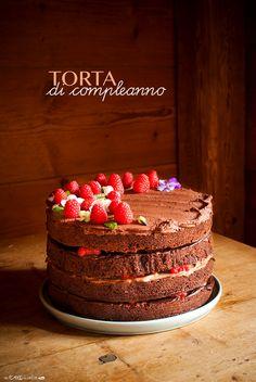 Birthday naked cake with chocolate and raspberries - Torta di compleanno a strati con cioccolato e lamponi