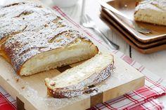 עוגות שמרים הן אחת האהבות הגדולות ביותר שלי באפייה. ריח של עוגת שמרים בתנור יכול לשגע אותי, וממש (אבל ממש!) קשה לי לעמוד בפני עוגה טרייה שזה עתה נאפתה. העוגה הבאה היא עוגת שמרים קלאסית במילוי גבינה ושוקולד לבן. היא רכה, אוורירית ונהדרת, ומה שהופך אותה לעוד יותר גבינתית ומשגעת היא תוספת הגבינה גם בבצק. …