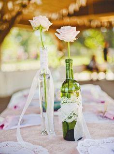 Casarse es un acontecimiento bonito, prácticamente único en la vida de muchas personas, por ello, querer tener una boda perfecta es algo lógico y comprensible. El presupuesto de una boda suele ser alto y muchas veces inasumible, por ello, buscar fórmulas para ahorrarse algo de dinero nunca está de más, como por ejemplo, en la …