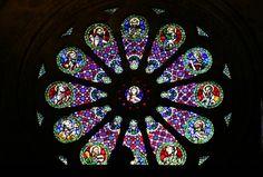 Bunte Fensterrose aus Bleiglas in der Kathedrale von Lissabon, Portugal. www.claudoscope.eu