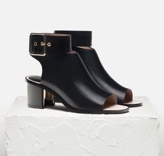Uterqüe presents the perfect looks for AW An exclusive collection of women's garments, bags, accessories & footwear. This season's inspiration of style. Fashion Shoes, Fashion Accessories, Celine, Shoe Boots, Shoes Heels, Minimalist Shoes, Looks Style, Beautiful Shoes, Shoe Collection